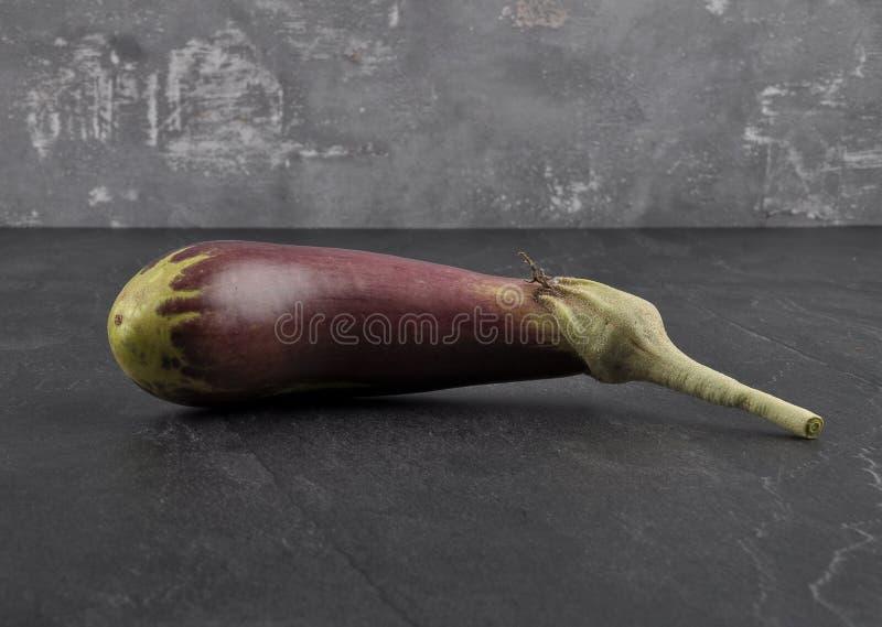 Organische aubergine op schalie stock afbeelding