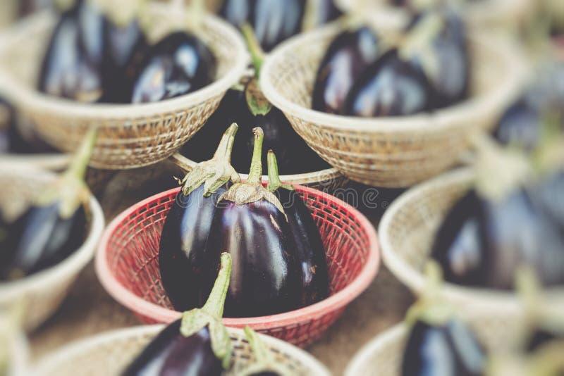 Organische aubergines in een traditionele markt in Sicilië, Italië stock foto's