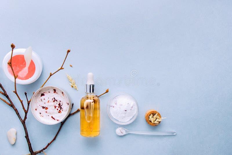 Organische bioschoonheidsmiddelen met kruideningrediënten Natuurlijk uittreksel van amber, goud Oliënserum handmade royalty-vrije stock foto