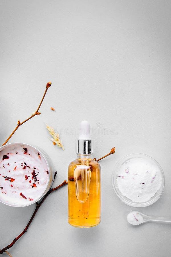 Organische bioschoonheidsmiddelen met kruideningrediënten Natuurlijk uittreksel van amber, goud Oliënserum handmade stock afbeeldingen