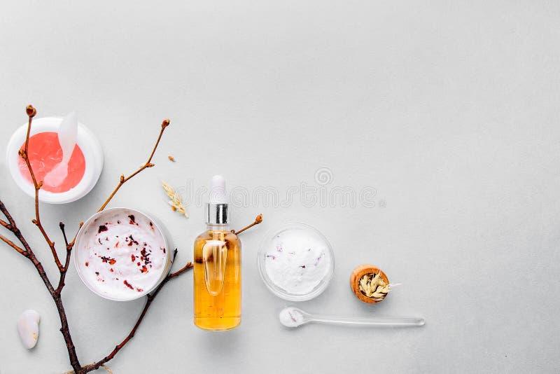 Organische bioschoonheidsmiddelen met kruideningrediënten Natuurlijk uittreksel van amber, goud Oliënserum handmade stock afbeelding