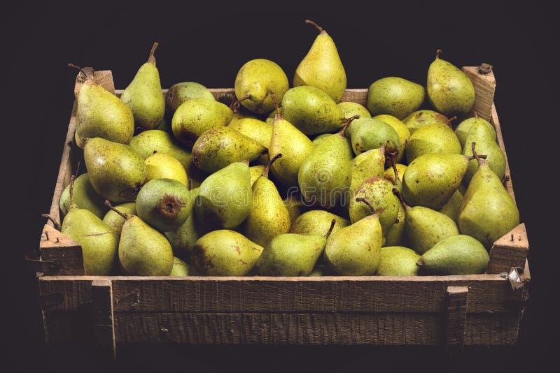 Organische Birnen in einer hölzernen Kiste stockfoto