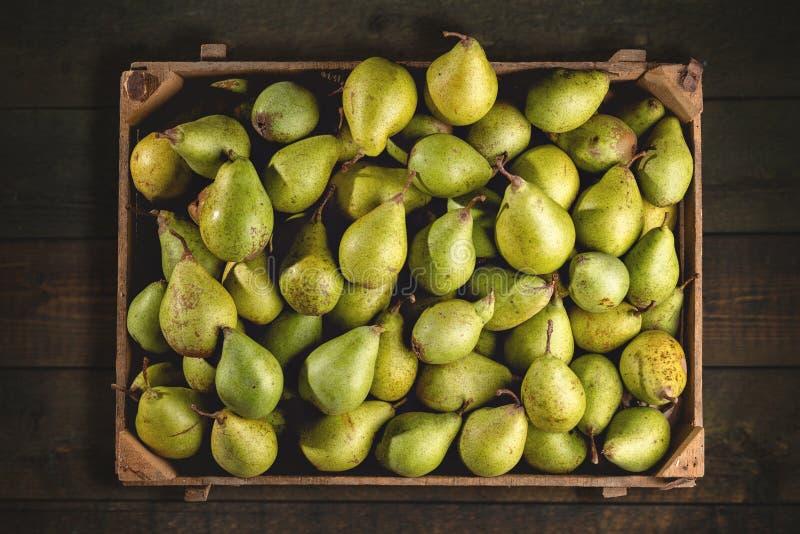 Organische Birnen in einer Holzkiste von oben lizenzfreie stockfotografie