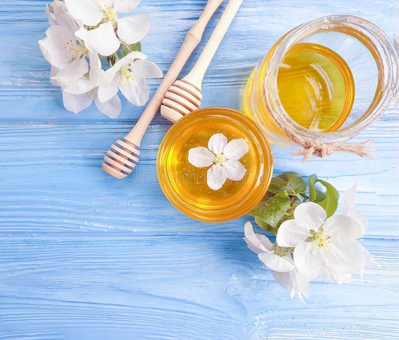 Organische Blüte des frischen Honigs Kirschköstlich auf hölzerner Niederlassung lizenzfreie stockbilder