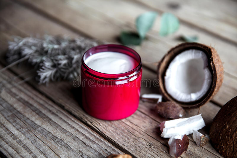 Organische Creme auf hölzernem Hintergrund Conditioner, Shampoo für Haarpflege Natürliche Kosmetik Gesunde Haut und Haar lizenzfreie stockfotos