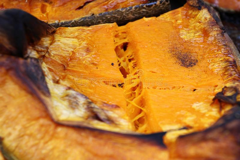 Organische die Pompoenplak voor Halloween-vakantie wordt gebakken Kleurrijke gebakken pompoenachtergrond Het patroon van de pompo royalty-vrije stock fotografie