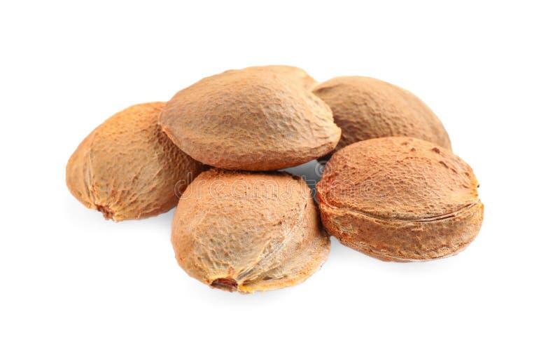 Organische droge abrikozenpitten op wit stock fotografie