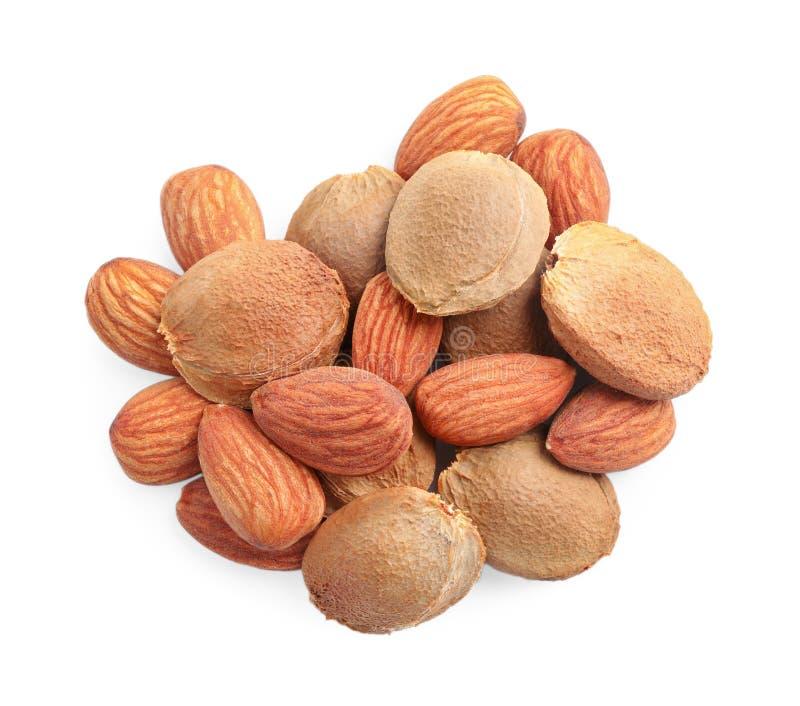 Organische droge abrikozenpitten op witte achtergrond, stock foto's