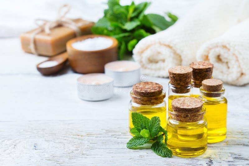 Organische etherische olie met groene muntbladeren, kuuroordconcept stock foto's