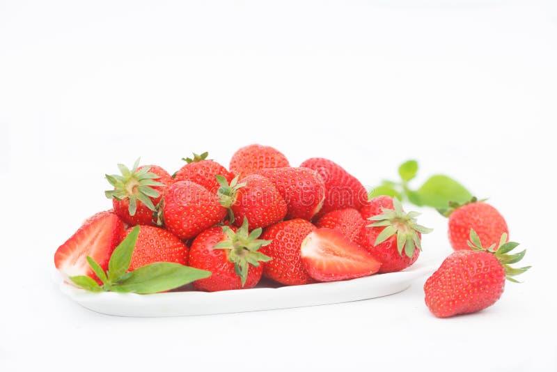 Organische, frische Erdbeeren auf weißer Platte lizenzfreies stockfoto