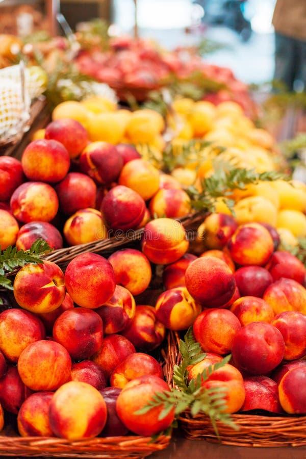 Organische frische Nektarinen im Markt Nektarinenernte Foo lizenzfreie stockbilder