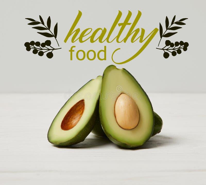 organische grüne Avocado, sauberes Essenkonzept, gesunde Lebensmittelaufschrift lizenzfreie stockfotos