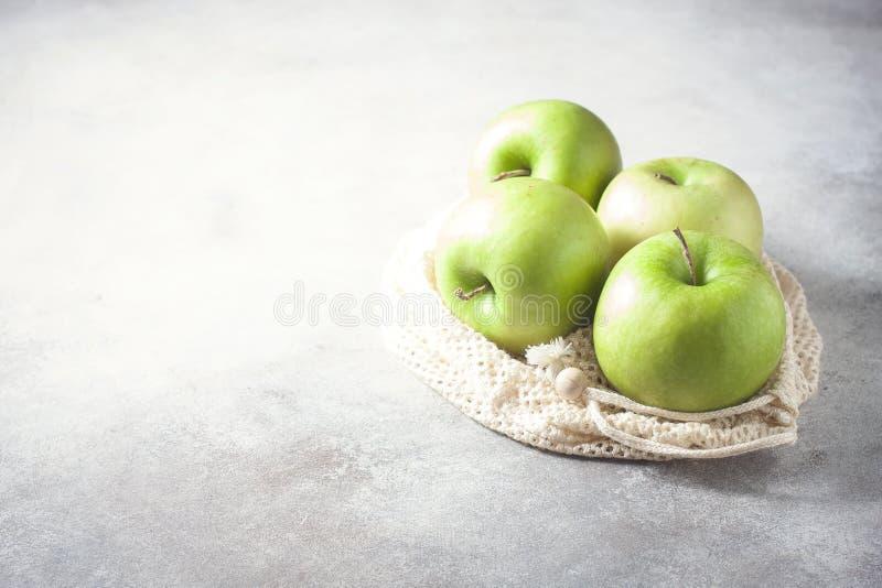Organische groene appelen in opnieuw te gebruiken katoenen netto zak op houten lijst Eco-pakket, nul afvalconcept royalty-vrije stock foto