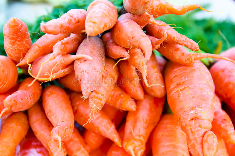 Organische groenten Verse wortelen in de markt royalty-vrije stock afbeeldingen