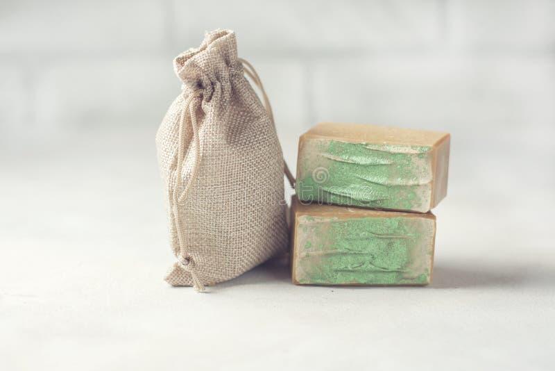 Organische handgemachte Seife und ein Leinensack Platz für Text lizenzfreie stockfotografie