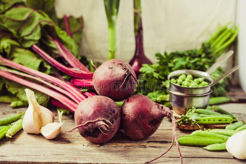 Organische jonge bieten, greens, knoflook op een houten achtergrond Autu stock afbeelding