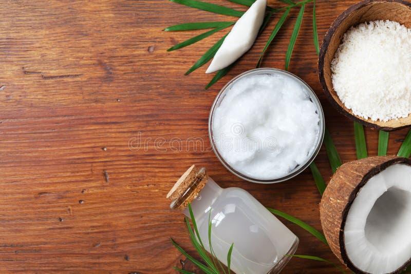 Organische Kokosnussprodukte für Badekur, Kosmetik oder Lebensmittelinhaltsstoffe Öl, Wasser und Schnitzel auf Draufsicht des Hol stockfoto