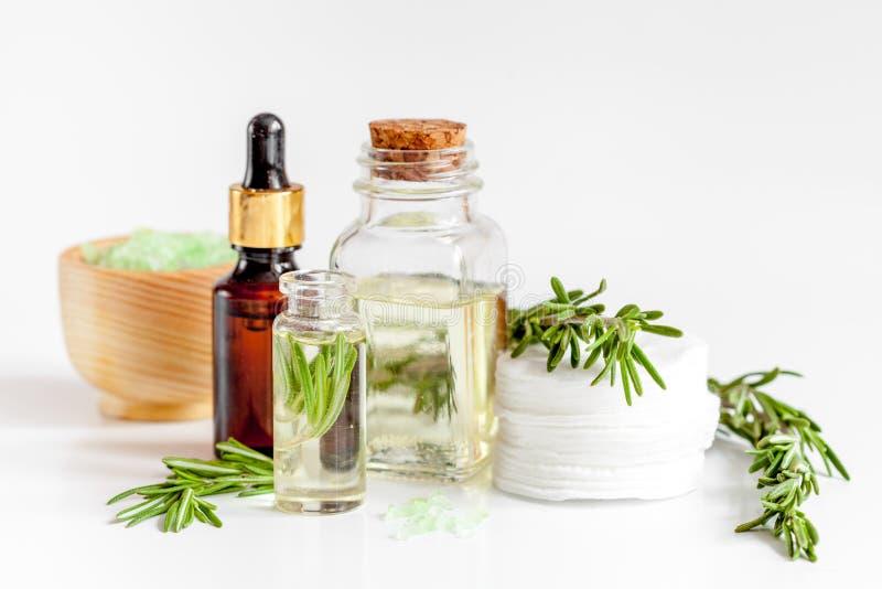 Organische Kosmetik mit Auszügen des Krautrosmarins auf weißem Hintergrund stockbilder