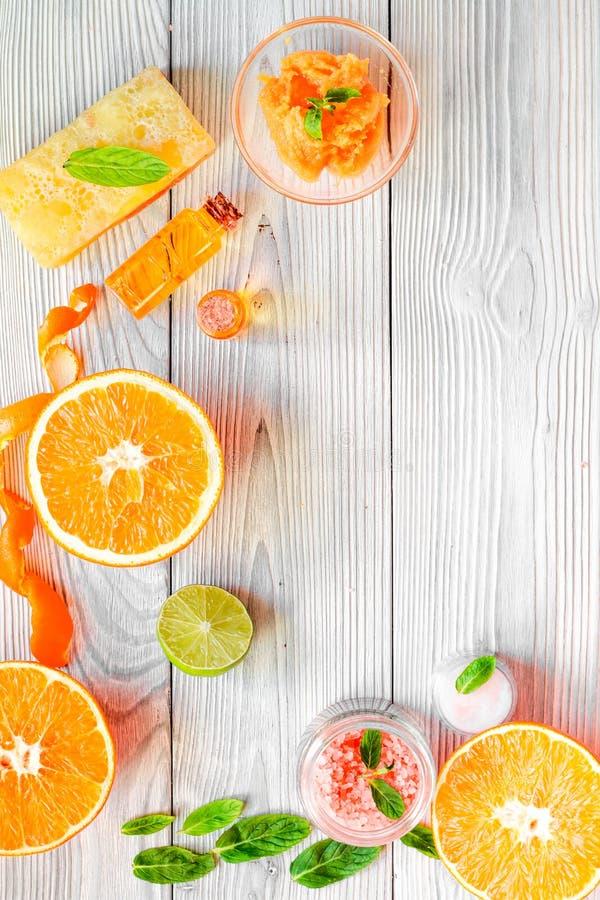 Organische Kosmetik mit Zitrusfrucht auf Draufsicht des hölzernen Hintergrundes lizenzfreies stockbild