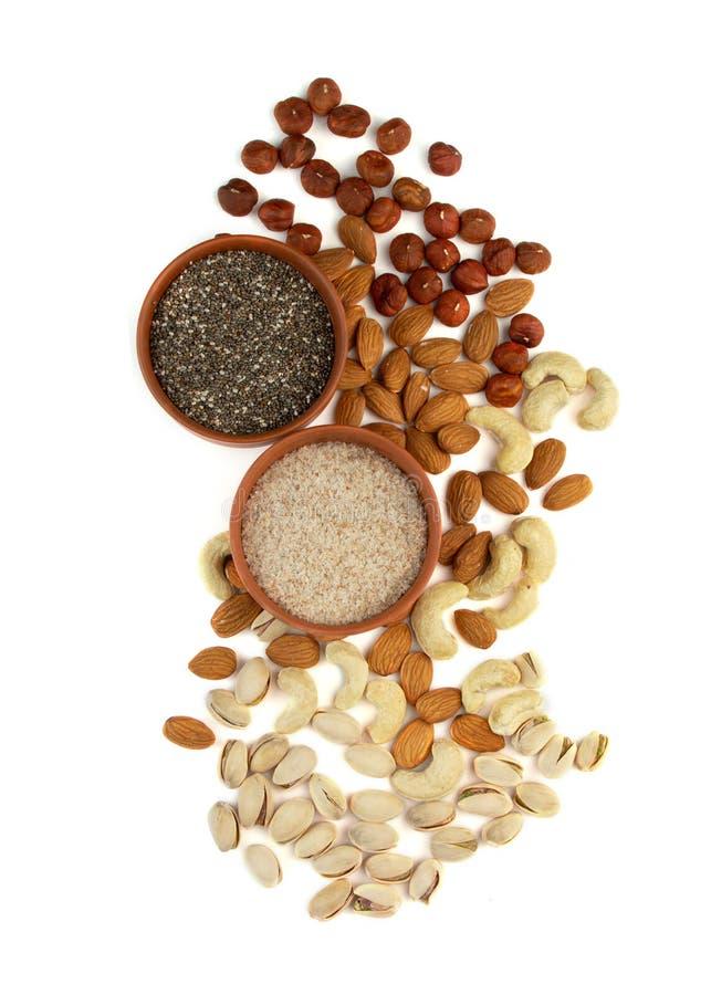 Organische Lebensmittelzutaten für eine ketogenere Diät mit niedrigem Kohlenhydrat Chiasamen, Psilium, Haselnüsse, Mandeln, Cashe stockbild