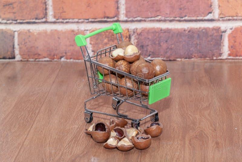 Organische macadamia noot op boodschappenwagentje stock fotografie