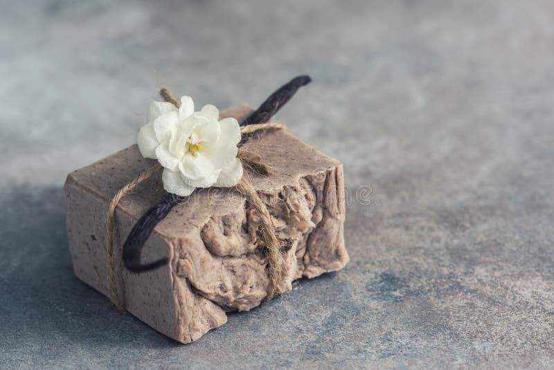 Organische met de hand gemaakte zeep met vanille op een concrete achtergrond, kuuroordconcept stock afbeelding