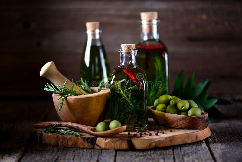 Organische olijfolie met kruiden en kruiden op een oude houten achtergrond Gezond voedsel