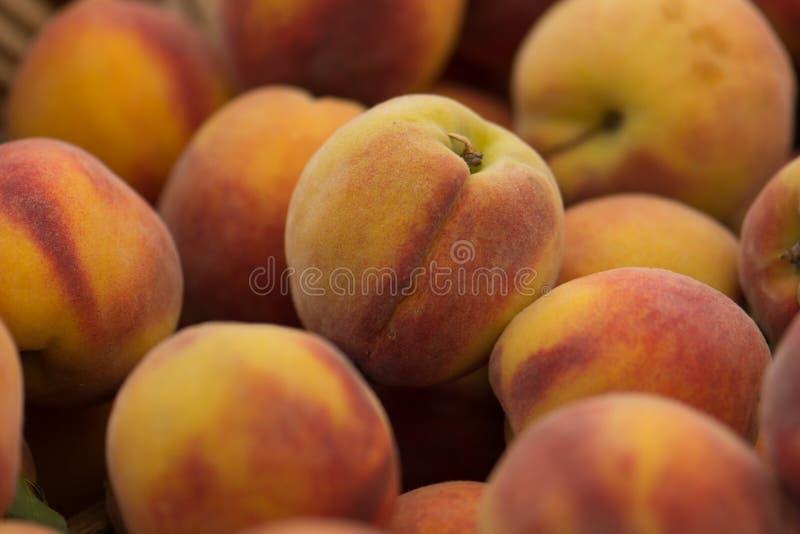 Organische Pfirsiche an einem Landwirt-Markt stockfotografie