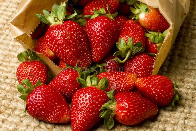 Organische rijpe rode aardbeien in een zak royalty-vrije stock afbeelding