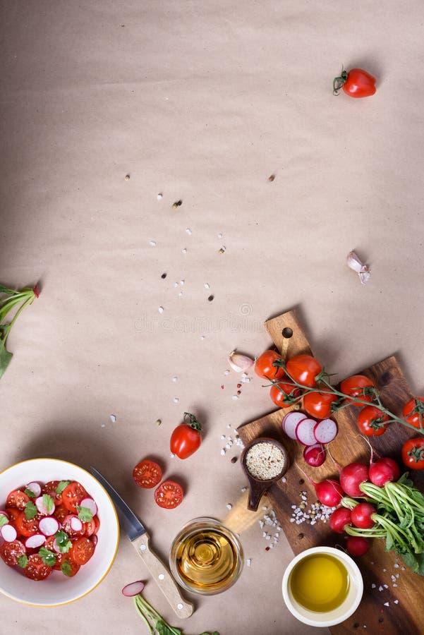 Organische saladeingrediënten, tomaten met greens en radijzen Gezonde kokende achtergrond Hoogste mening, exemplaarruimte royalty-vrije stock foto's