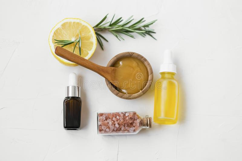 Organische skincare Bestandteile mit manuka Honig, Ölen, Badesalze, Rosmarin und Zitrone für skincare Masken und Behandlungen, na lizenzfreies stockbild