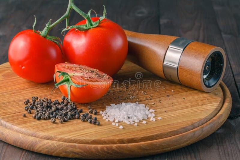 Organische Tomaten mit papper, Seesalz lizenzfreie stockfotos