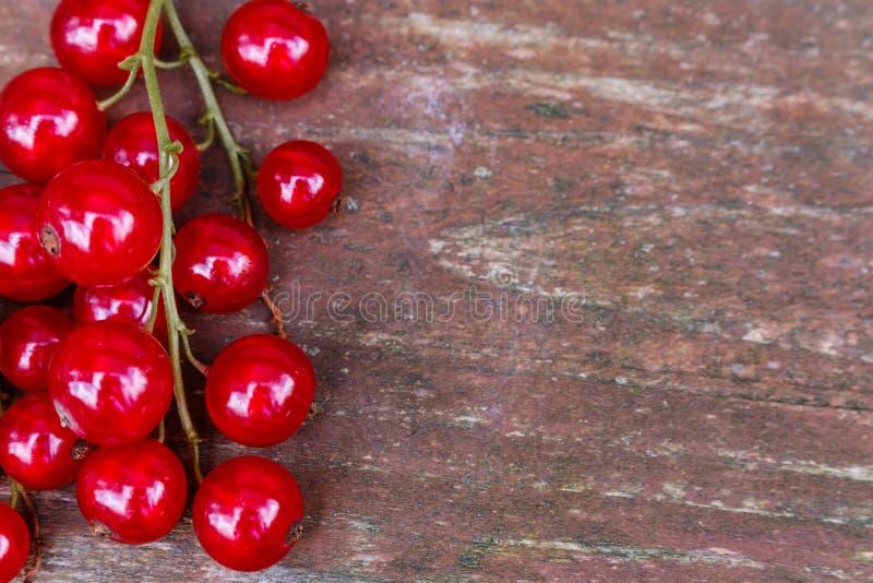 Organische tuinbessen op oude houten lijst, van hierboven Rode stroom stock foto