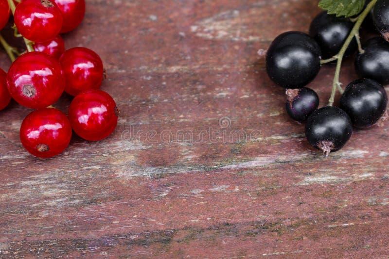 Organische tuinbessen op oude houten lijst, van hierboven zwarte, Rode aalbes, stock fotografie