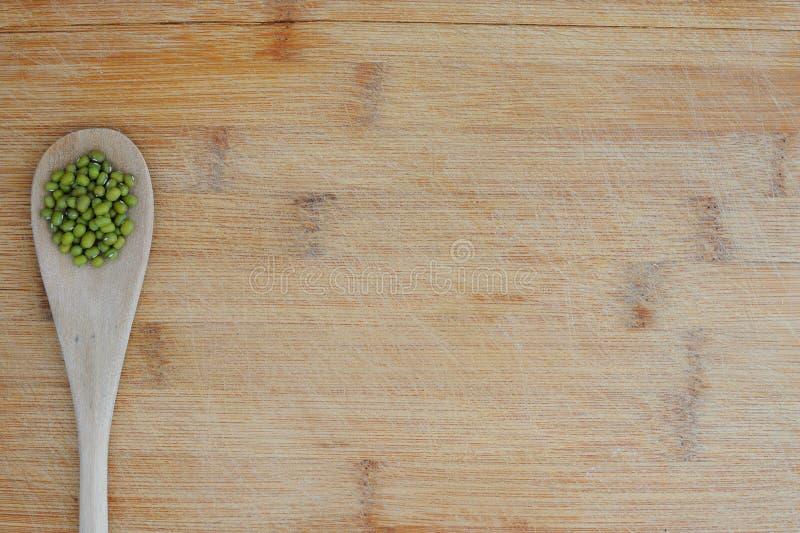 Organische vegetarische voedselachtergrond met mung bonen stock afbeelding