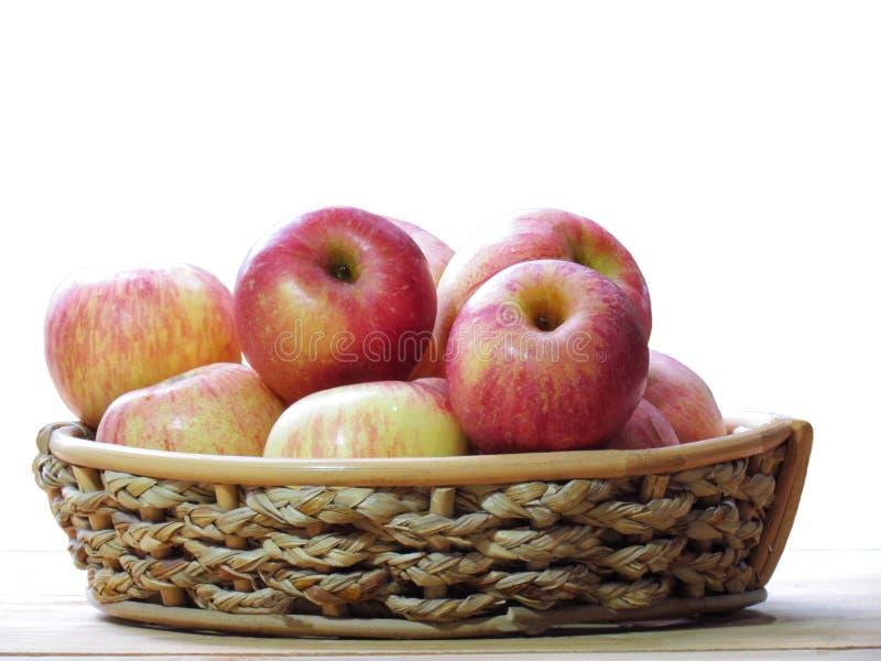 Organische Verse appelen in mand op houten lijst stock fotografie