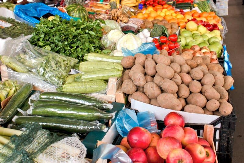 Organische vruchten en groenten op landbouwersmarkt stock foto
