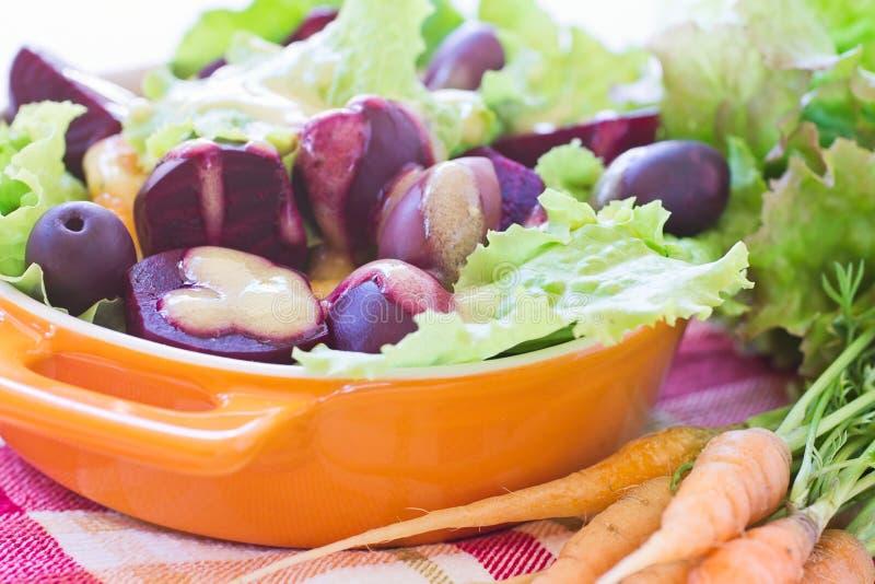 Download Organische Wortel En Bietensalade Stock Afbeelding - Afbeelding bestaande uit vinaigrette, wortelen: 39114367