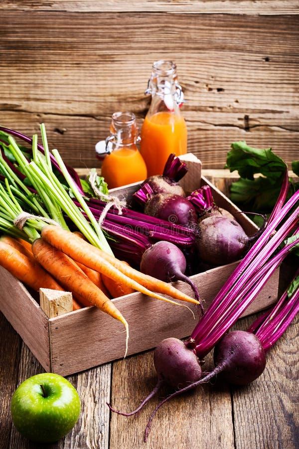 Organischer Bauernhof Frischgemüse in der hölzernen Kiste lizenzfreie stockfotos