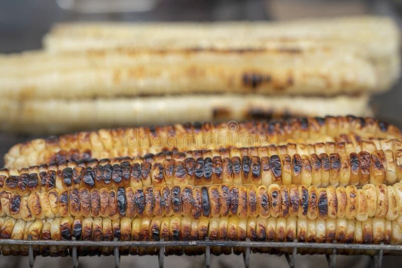 Organischer, gebratener Zuckermais für Verkauf an einer Straße in Tiflis, Georgia lizenzfreies stockbild