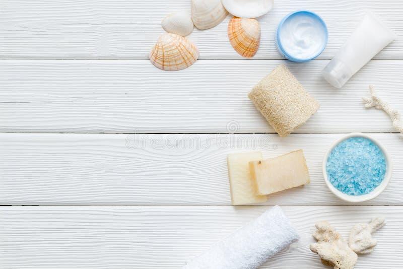 Organischer kosmetischer Satz mit Salz, Creme und Lotion des Toten Meers auf weißem hölzernem Draufsichtspott des Hintergrundes o stockfotografie