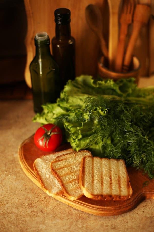 Organischer strenger Vegetarier auf K?che sich vorbereiten lizenzfreie stockfotos