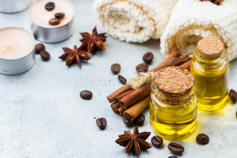 Organisches ätherisches Öl mit Kaffee würzt Zimt, Badekurortkonzept stockbild