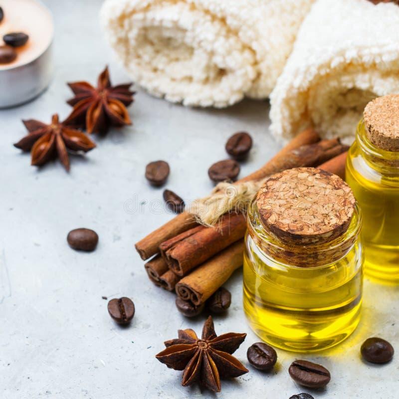 Organisches ätherisches Öl mit Kaffee würzt Zimt, Badekurortkonzept stockfoto