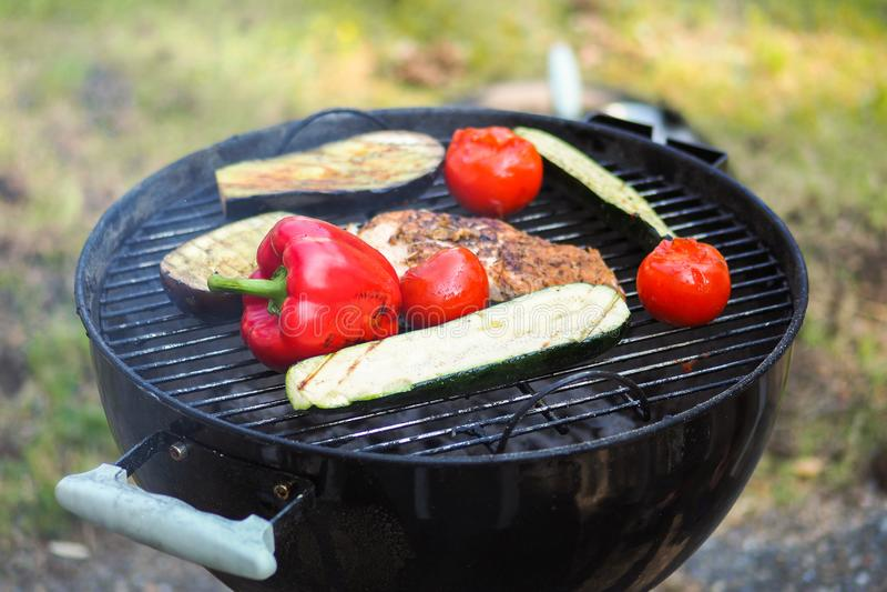 Organisches gegrilltes Gemüse mit Pfeffern, Pilzen, Zucchini und Zwiebeln stockfotografie