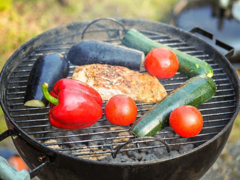 Organisches gegrilltes Gemüse mit Pfeffern, Pilzen, Zucchini und Zwiebeln stockfoto