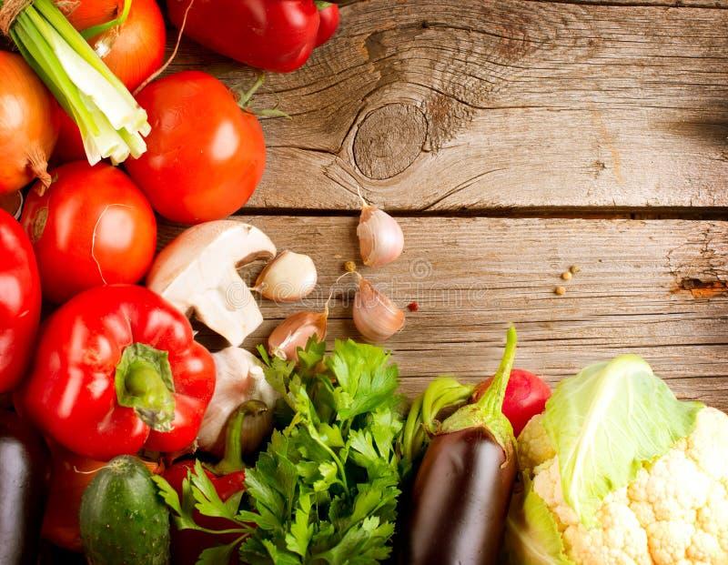 Organisches Gemüse auf einem hölzernen Hintergrund stockbild