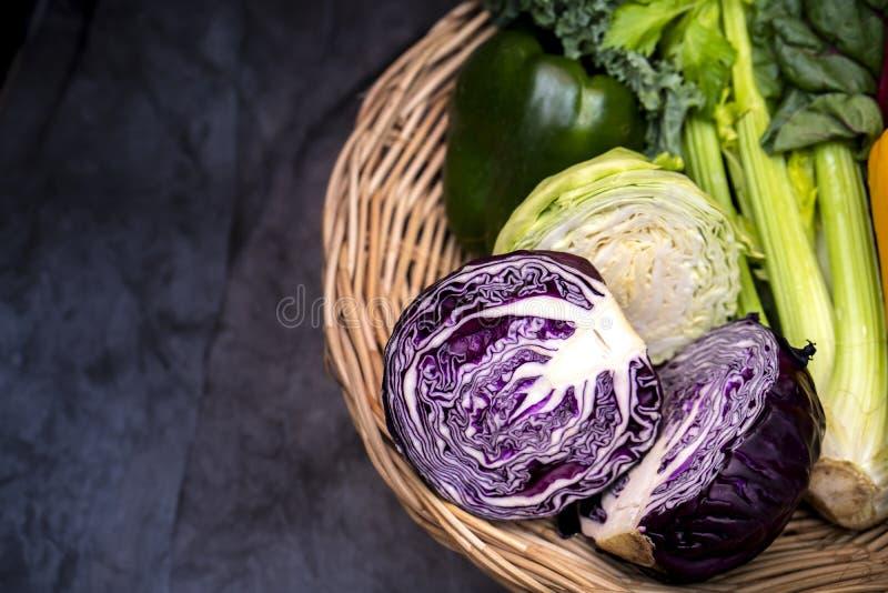Organisches Gemüse im Korb Mit violettem Kohl, weißem Kohl, Sellerie, grünen Paprika im Korb auf dem Grau lizenzfreie stockfotos