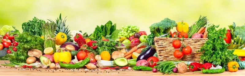 Organisches Gemüse und Früchte lizenzfreie stockfotos