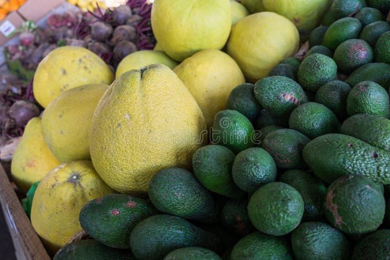 Organisches Herzchen und Avocado Pomelit verkauften auf Landwirtmarkt stockbild